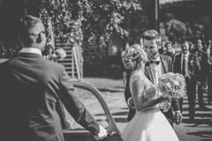 L'arrive des maris (Tommy PIA) Tags: mariage amour love couple amoureux bisou kiss flowers robe costard noiretblanc blackandwhite ngc nikon