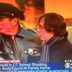 Ryan Lanza พี่คนร้ายผู้ก่อเหตุยิงถล่มโรงเรียนประถม 26 ศพ ถูกนำตัวไปสอบสวน http://t.co/sMtQFGWC