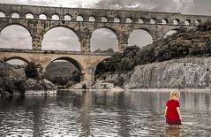 onnipotenza infantile (invitojazz) Tags: bridge red baby france nikon provence pontdugard rosso francia provenza bambina d90 invitojazz vitopaladini