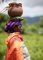 Menit Woman Carrying A Jar On Her Head, Tum Market, Omo Valley, Ethiopia (Eric Lafforgue) Tags: africa people woman colour vertical horizontal female outside outdoors person market femme omovalley marketplace ethiopia porter tum personne humanbeing marche carrying afrique dehors omo eastafrica abyssinia ethiopie exterieur traditionalclothes toum waistup abyssinie vueexterieure coloredpicture photocouleur menit afriquedelest alataille etrehumain habittraditionnel meinit valleedelomo peoplesoftheomovalley peuplesdelavalleedelomo colouredpicture cadragealataille habittraditionnels peuplemenit menitpeople tribudesmenits menittribe meinitpeople meinittribe ethiopia0912