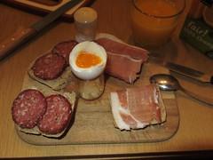 Salami und Rauchfleisch auf Aufbackbrtchen zum Frhstcksei (multipel_bleiben) Tags: essen frhstck