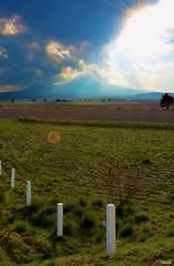 One land (Blas Torillo) Tags: puebla mxico mexico paisaje landscape cielo sky nubes clouds montaa mountain lamalinche malinche puestadesol sunset rayosdesol sunrays sembrado field verde green azul blue naturaleza nature belleza beauty campo fotografaprofesional professionalphotography fotgrafosmexicanos mexicanphotographers nikon d5200 nikond5200