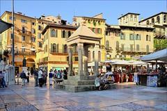 Verona : Piazza Erbe (Pantchoa) Tags: vrone italie piazza place piazzaerbe ville nikon paysageurbain faades d90 1685mm vntie architecture veronetta