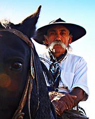 Al hombre bueno... (Eduardo Amorim) Tags: horses horse southamerica caballo uruguay cheval caballos cavalos prado montevideo pferde cavalli cavallo cavalo gauchos pferd hest hevonen chevaux gaucho 馬 américadosul montevidéu häst uruguai gaúcho 말 amériquedusud лошадь gaúchos 马 sudamérica suramérica américadelsur סוס südamerika حصان pilchas άλογο pilchasgauchas americadelsud ม้า americameridionale pilchasgaúchas semanacriolla semanacriolladelprado eduardoamorim semanacriolladelprado2011 ঘোড়া