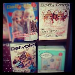 Dolly Dolly เล่มล่าสุด โฮกตรงออกแบบ+สั่งพิมพ์ลายผ้าเอง อยากทำบ้างอ่ะ ส่วน Dolly Bird ใครโฮกงานFelt ต่าง ๆ ตั้งแต่จิ้มก้อนขนยันงานผ้าเฟลต์ และ หลงไหล Unoa เล่มนี้คือ MUST HAVE!!//อย่างไรก็ดี ไม่ได้เงินดิชั้นอ่ะ