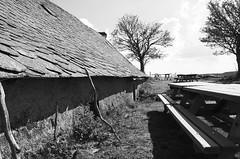 Buron de Camejane (Phil_Heck) Tags: buron monochrome noiretblanc bw aubrac aligot extrieur ardoise toit