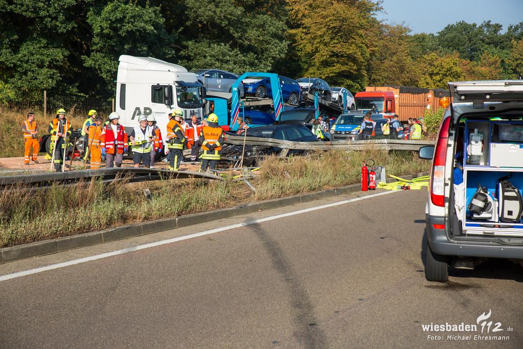 Lkw Schleudert Nach Unfall Durch Mittelleitplanke 14 Verletzte Auf