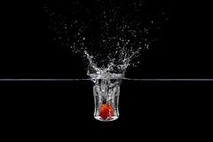Splash. (EsteveSegura) Tags: water umbrella wow amazing agua perfect shot awesome splash tomate pequeño segura esteve 560 timing yn 460 esperimento salpicadura strobist latigazo waww yongnuo