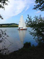 Segelboot auf Aartalsee (10.000 Schritte) Tags: segelboot see aartalsee aartal himmel blau bume wald
