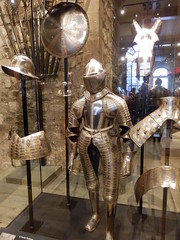 Royal Armouries, The Tower of London (photphobia) Tags: tower toweroflondon london castle castillo fortress uk oldwivestale cityoflondon royalarmouries museum suitofarmour whitetower indoor horse horsearmour