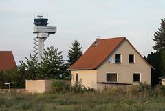 Kursdorf - ein (verlassenes) Dorf zwischen zwei Startbahnen (Le Radiophare) Tags: kursdorf schkeuditz startbahn landebahn a14 ice dorf verlassenes flughafen halle lej