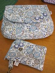 Bolsa com alça tiracolo e capa para celular (Zion Artes por Silvana Dias) Tags: bag quilt celular patchwork bolsa portacelular bolsapatchwork capaparacelular bolsatecido bolsinhatecido zionartes bolsacomalçatiracolo
