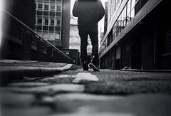 Manchester... (la.churri) Tags: bw film manchester lca kodak bn pies asfalto carrete 2012 analgico callejn bw400cn javy