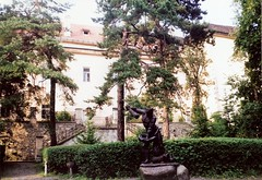 004_Ungvr_1992 (emzepe) Tags: park sculpture castle statue yard garden ukraine 1992 chateau burg vr szobor kirnduls ukraina udvar kert   nyr ungarisch oblast  uzhgorod ukrayina jlius ukrajna uzhhorod ungvr krptalja  regiunea uhorod zakarpatska zakarpattia   subcarpatia ungwar uhorod  szervezett krptaljai ujhorod  ungvri