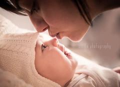 [Violeta] (Cirileta) Tags: baby girl parents mother niña bebé pies padres feed madre