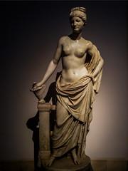 ... Aquí,  la bizarra  guarda del Venusberg  ... (Lanpernas 3.0) Tags: venusdelpomo museodelprado madrid escultura bizarra mármol esculpture roma desnudo nude sensual venusberg imperioromano helenismo mitología eros venus cameraphone