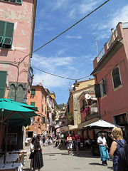 Cinque Terre, Monterosso (Kurtsview) Tags: italy cinqueterre monterosso village outdoor architecture people shops shopping cafe