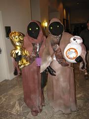 Jawas with droids (foodbyfax) Tags: dragoncon dragoncon2016 cosplay jawas c3po bb8 starwars
