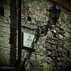 Vai dei Musei (sandra_simonetti88) Tags: brescia brixia italia italy lombardia lombardy muro wall street streetfotography via lampione strada details detail