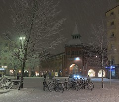 The Return of the Snow... (Maria_Globetrotter) Tags: schnee winter snow bike night canon vinter perfect sweden stockholm schweden swedish an sverige february snowfall eastern svj perfekt sn efs sucia estocolmo stoccolma suecia cykel zweden hallen svenska sude tukholma stermalm  svezia  szwecja ruotsi stermalmstorg nedre 2013 isve 650d 1585 saluhall   snar   tsualainn in  snfall  stermalmshallen  thy stokholmo thyin stermalms  holmia   antsulainn mariaglobetrotter cityburough ladugrdslandet