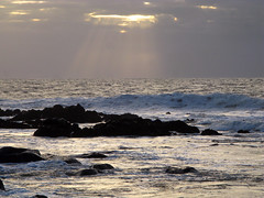 IMG_2699_peq (marcus20112011) Tags: sunset sea sky sol praia beach clouds mar rocks do waves bright cu nuvens ondas pvoa pr rochas varzim