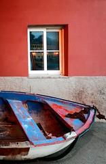 Le favole aiutano a vivere (meghimeg) Tags: reflection window boat barca chain explore finestra riflesso sestrilevante catena 2013 baiadellefavole