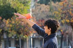 Practicando contact (Pablo Retamal Venegas) Tags: malabares malabarismo contact esfera bellasartes santiago chile retrato personas airelibre streetart calle callejero arte prctica