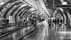 Airport Frankfurt (Jrg Plesch) Tags: airport menschen flughafenfrankfurt frankfurt flughafen schwarzweiss laufband wegweiser schilder tunnel signpost painter people