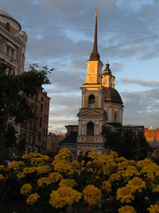 SPB Simeon and Anna Church with flowers (robert_m_brown_jr) Tags: flowers anna church architecture stpetersburg cross russia dome oniondome russian orthodox simeon prophetess sanktpeterburg  churchofsimeonandanna simeonandanna russianorthodoxarchitecture churchofsimeonandtheprophetessanna