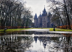 Kasteel de Haar / Castle de Haar (Bert Kaufmann) Tags: holland reflection castle netherlands reflections pond utrecht estate nederland nl tuin paysbas hdr olanda burg haarzuilens niederlande dehaar kasteel vijver vleuten reflectie cuypers kasteeldehaar landgoed kasteeltuin reflecties eclectisch pierrecuypers neogotisch vanzuylen hendrikcopijn etiennebaronvanzuylenvannyeveltvandehaar eclectischestijl hethuystehaer vanzuylenvannyeveltvandehaar