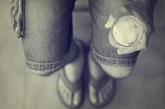 Agua con limn (Graella) Tags: agua limonada vaso glass water man hombre people retrato retrat portrait hand mano ma peus feet pies cenital bn sandalias summer verano estiu bebida drink beguda