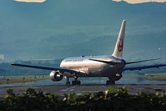 Take off soon (Hiro_A) Tags: itami osaka international airport airplane airline aircraft plane jal japan nikon d7200 tamron 70300mm 70300 out landmark