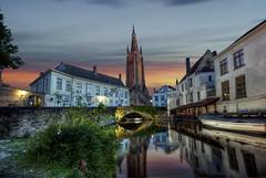 ... al finalizar el dia, la ciudad cambia ... (franma65) Tags: brujas brugge belgica puente atardecer nocturna reflejos torre iglesia barcas cielo