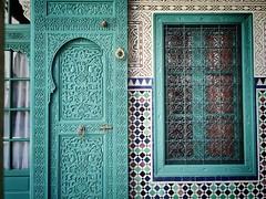 Puerta del juzgado (yanitzatorres) Tags: arquitectura casablanca morocco marruecos detalle verde picaporte aldaba madera azulejos mosaicos ventana puerta
