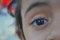 El reflejo de la inocencia. (camilogalvissss) Tags: white black macro ojo persona eyes nikon cara olhos yeux occhi ojos reflejo ogen mirada humano blick ulls cuerpo pestañas augu llygaid øyne gözler ögon oči d3100