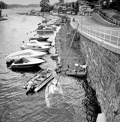 Sunken boat (Appe Plan) Tags: road bw white black beach water oslo norway sailboat docks island islands boat nikon sink shore sunken archipelago pire fail badluck d90 appe