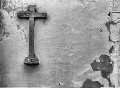 Cruz en el muro (Eduardo Estllez) Tags: cruz crucifijo iglesia muro piedra calavera religion cristiano catolico templo simbolo historia antiguo horizontal nadie monocromo blancoynegro monsaraz alentejo portugal eduardoestellez estellez