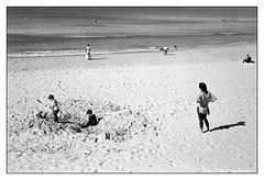 hurry up and get it over with, I want to go home  #114 (lynnb's snaps) Tags: bw film rollei35s zeisssonnar40mmf28 tmax400 iso800 fomadonlqn 2016 manlybeach sydney children play mother family ocean beach sand