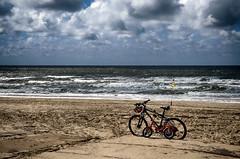 kijkt zegt grote fiets tegen kleine fiets de zee (roberke) Tags: zee sea noordzee northsea strand beach zand sand fietsen bikes clouds wolken sky lucht golven waves empty verlaten texel waddeneiland nederland netherlands outdoor nature natuur