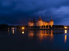 Hora azul en Moritzburg. (RosanaCalvo) Tags: alemania europa moritzburg agua alumbrado anochecer castillo cielo horaazul luces reflejos