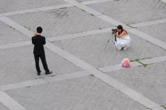 Sneakers, appareil photo et robe de marie (Franco & Lia) Tags: street wedding paris marriage weddingdress mariage matrimonio parigi abitodasposa robedemarie stphotographia ringexcellence