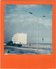 Le signal, Soulac sur Mer (Martin PEREZ 68) Tags: lesignal soulac soulacsurmer gironde aquitaine littoral ocan atlantique plage playa beach architecture arquitectura lamppost lampadaire polaroid polaroidsx70 sx70 summer summertime impossibleproject impossible instant instantfilmcolor