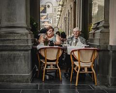 Una cena en Bruselas (CALZON DE LATA) Tags: cena bruselas belgica gente nikon d5100 1755 abuelo robado