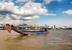 Thai long tail boat floating on Chao praya river #chaophrayariver #thaiboat #bangkok #thailand (suwareek.) Tags: thaiboat bangkok thailand chaophrayariver