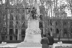 Contemplando (geba02) Tags: contemplando contemplating escultura soldado soldier bandera flag blackandwhite byn black white monocromatico monocromo madrid espaa spain ciudad city arquitectura building edificio arboles arbol tree outdoors outdoor