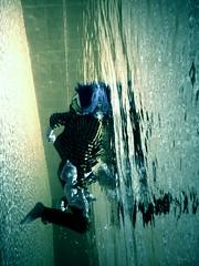 confusion (Mauricio Silerio) Tags: water pool eau doll underwater clown piscina acqua payaso piscine acuatica submarina ewamarine subacuatica apă mauriciosilerio paiatul
