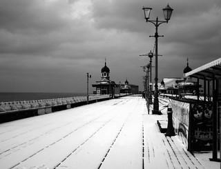 Pir y Gogledd dan eira / North Pier under snow, Blackpool