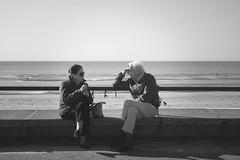 Les amoureux du bord de mer (Justine_photographie) Tags: bord de mer noir et blanc amoureux couple personnes extrieur