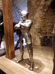 Royal Armouries, The Tower of London (photphobia) Tags: tower toweroflondon london castle castillo fortress uk oldwivestale cityoflondon royalarmouries museum suitofarmour whitetower indoor