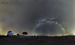 VÍA LÁCTEA COMPLETA CON ERMITA (JuanMa-Zafra) Tags: víaláctea nocturnas noche estrellas extremadura zafra d700 1735mm tamron full frame trípode intervalometro linternas disparador galaxia universo galactico